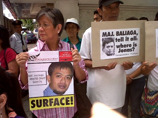 Edita Burgos in front of the Department of Justice in June demanding the government to act against her son's abductors (photo by Janess Ann J. Ellao/Bulatlat).