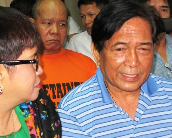 Lt. Col. Eduardo Kapunan (in blue), with his lawyer and accused former Sgt. Desiderio Perez (in orange) during a court hearing on October 24th (photo courtesy of Bulatlat).