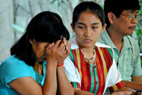 Lita Umas Bubod (left), at a press conference with KAMP spokesperson Piya Macliing Malayao, describing the kidnapping of her husband Ernesto back in April of 2011 by soldiers of the AFP (photo by Macky Macaspac/Pinoy Weekly Online).