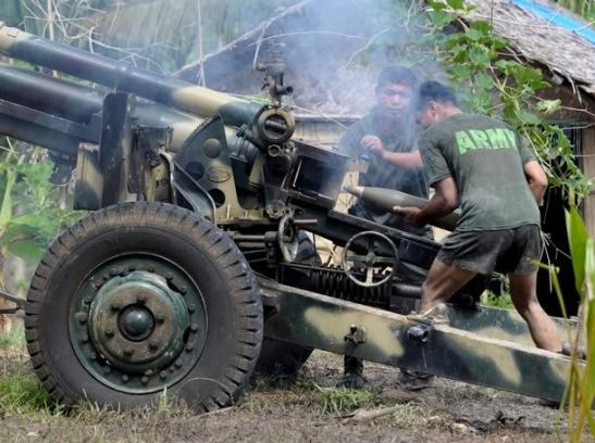 An AFP unit using a 105 mm Howitzer canon in Cotabato City back in 2008 (photo courtesy of MilitaryPhotos.net).