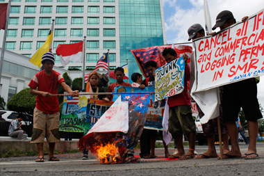 Protesters in front of the  Marco Polo Hotel where the Philippine Development Forum is being held demanding that U.S. privatization plans and development aid be scrapped by the Philippine government (photo by Medel V. Hernani/Davao Today).
