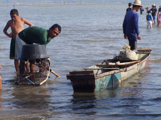 Poor fisher-folk on Laguna de Bay.  Large scale fishing, privatization, and pollution have practically destroyed the lives of small-scale fisher families (photo by Angelica de Lara/Bulatlat).