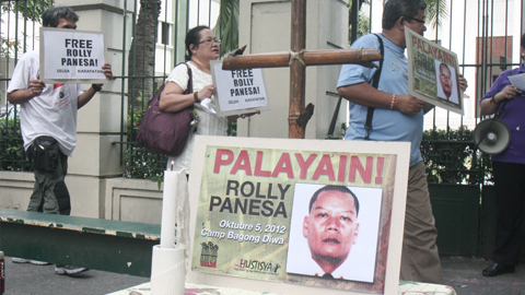 Protesters calling for the release of Rolly Panesa (photo courtesy of Remate.ph).