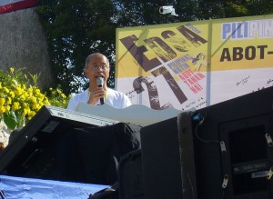 Bonifacio Ilagan of SELDA speaks for human rights victims under Martial Law, during the signing of the Human Rights Violation Victims Reparation and Recognition Act of 2013 on the 27th anniversary of EDSA People Power (photo by Lui Quiambao Manansala/Pinoy Weekly).