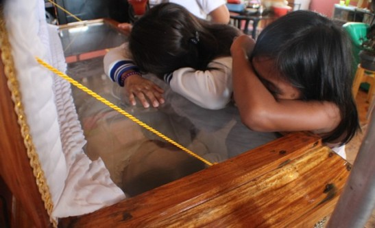 The children of Christina Jose mourn their mother during the funeral (photo by Karapatan-SMR courtesy of Bulatlat).