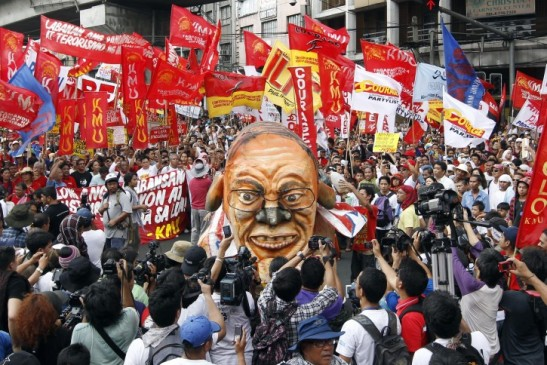 Workers on May Day 2012 preparing to burn an effigy of president Noynoy Aquino (photo by Dennis M. Sabangan/EPA).
