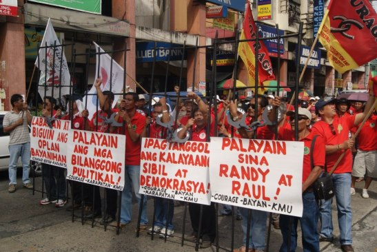 Workers and union members calling on Aquino to release the two public worker union members back in January at the Mendiola Bridge  (photo courtesy of Free Randy and Raul).